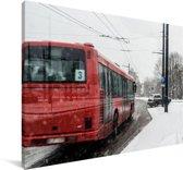 Een bus in de sneeuw Canvas 120x80 cm - Foto print op Canvas schilderij (Wanddecoratie woonkamer / slaapkamer)