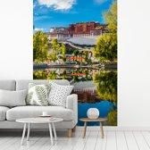 Fotobehang vinyl - Mooie heldere middag bij het Potalapaleis breedte 190 cm x hoogte 280 cm - Foto print op behang (in 7 formaten beschikbaar)