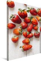Kleurrijke aardbeien op tafel Canvas 40x60 cm - Foto print op Canvas schilderij (Wanddecoratie woonkamer / slaapkamer)