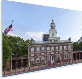 Independence Hall met een wapperende Amerikaanse vlag Plexiglas 120x80 cm - Foto print op Glas (Plexiglas wanddecoratie)