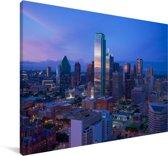 De avondschemering van Dallas in Texas met een paarse lucht Canvas 180x120 cm - Foto print op Canvas schilderij (Wanddecoratie woonkamer / slaapkamer) XXL / Groot formaat!