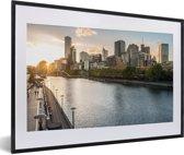Foto in lijst - Zonsondergang achter de gebouwen van Melbourne in Australië fotolijst zwart met witte passe-partout 60x40 cm - Poster in lijst (Wanddecoratie woonkamer / slaapkamer)