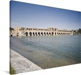 De Khaju bridge van afstand met water in Iran Canvas 60x40 cm - Foto print op Canvas schilderij (Wanddecoratie woonkamer / slaapkamer)