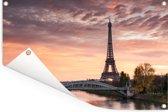 Een mooie oranje lucht boven de Eiffeltoren in Parijs Tuinposter 60x40 cm - klein - Tuindoek / Buitencanvas / Schilderijen voor buiten (tuin decoratie)