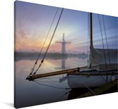 Zeilboot vaart over de wateren van het Nationaal park The Broads in Engeland Canvas 140x90 cm - Foto print op Canvas schilderij (Wanddecoratie woonkamer / slaapkamer)