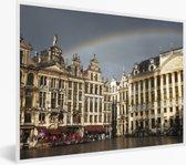 Foto in lijst - Een bijzondere foto van een regenboog boven de Grote Markt van Brussel fotolijst wit 40x30 cm - Poster in lijst (Wanddecoratie woonkamer / slaapkamer)