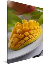 Een bereidde mango op een bord Canvas 120x180 cm - Foto print op Canvas schilderij (Wanddecoratie woonkamer / slaapkamer) XXL / Groot formaat!