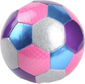 Meisjes meiden voetbal, nr 5 opgepompt