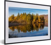 Foto in lijst - Reflectie van bomen in het Nationaal park Cairngorms in Schotland fotolijst zwart met witte passe-partout klein 40x30 cm - Poster in lijst (Wanddecoratie woonkamer / slaapkamer)