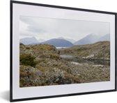 Foto in lijst - De mooie gebergtes van het Nationaal park Tierra del Fuego fotolijst zwart met witte passe-partout klein 40x30 cm - Poster in lijst (Wanddecoratie woonkamer / slaapkamer)