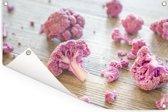 Een paarse bloemkool in stukjes op houten tafel Tuinposter 120x80 cm - Tuindoek / Buitencanvas / Schilderijen voor buiten (tuin decoratie)