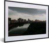 Foto in lijst - Prachtige horizon in de stad Dhaka fotolijst zwart met witte passe-partout klein 40x30 cm - Poster in lijst (Wanddecoratie woonkamer / slaapkamer)