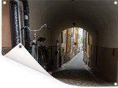 Tunnelvisie in het stadscentrum van Gamla Stan in Zweden Tuinposter 40x30 cm - klein - Tuindoek / Buitencanvas / Schilderijen voor buiten (tuin decoratie)