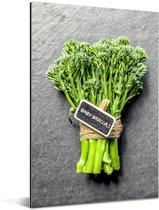 Een broccoli vastgebonden met touw Aluminium 60x90 cm - Foto print op Aluminium (metaal wanddecoratie)