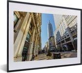 Foto in lijst - Het Empire State Building vanaf de Fifth Avenue fotolijst zwart met witte passe-partout klein 40x30 cm - Poster in lijst (Wanddecoratie woonkamer / slaapkamer)
