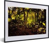 Foto in lijst - Vuurvliegjes bewegen door de houten bossen fotolijst zwart met witte passe-partout klein 40x30 cm - Poster in lijst (Wanddecoratie woonkamer / slaapkamer)