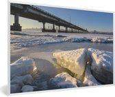 Foto in lijst - Een bevroren rivier van het Oost-Europese Dnipro fotolijst wit 60x40 cm - Poster in lijst (Wanddecoratie woonkamer / slaapkamer)