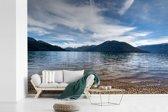 Fotobehang vinyl - Een deel van het Mascardi-meer bij Nahuel Huapi met op de achtergrond een berglandschap breedte 450 cm x hoogte 300 cm - Foto print op behang (in 7 formaten beschikbaar)