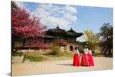Koreaanse vrouwen lopen richting Changdeokgung in Seoel Aluminium 30x20 cm - klein - Foto print op Aluminium (metaal wanddecoratie)