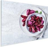 Een witte kom met gesneden stukjes rode bieten Plexiglas 160x120 cm - Foto print op Glas (Plexiglas wanddecoratie) XXL / Groot formaat!