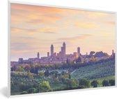 Foto in lijst - De ommuurde stad San Gimignano in Italië tijdens de schemering fotolijst wit 60x40 cm - Poster in lijst (Wanddecoratie woonkamer / slaapkamer)