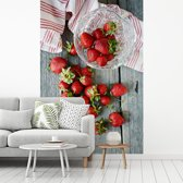 Fotobehang vinyl - Verse aardbeien op een picknicktafel breedte 335 cm x hoogte 500 cm - Foto print op behang (in 7 formaten beschikbaar)