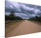 Een dicht wolkenveld boven een onverharde weg in het Nationaal park Chaco Canvas 140x90 cm - Foto print op Canvas schilderij (Wanddecoratie woonkamer / slaapkamer)