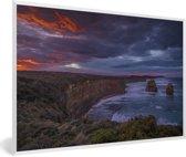 Foto in lijst - De Twaalf Apostelen bij rode zonsondergang in Australië fotolijst wit 60x40 cm - Poster in lijst (Wanddecoratie woonkamer / slaapkamer)