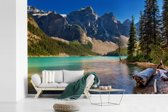 Fotobehang vinyl - Dennenbomen en bergen tijdens zonsondergang boven Moraine Lake Canada breedte 390 cm x hoogte 260 cm - Foto print op behang (in 7 formaten beschikbaar)