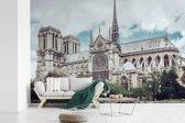 Fotobehang vinyl - Uitzicht op de kathedraal Notre-Dame in Parijs breedte 600 cm x hoogte 400 cm - Foto print op behang (in 7 formaten beschikbaar)