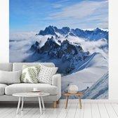 Fotobehang vinyl - De prachtige berg de Mont Blanc tussen de wolken breedte 300 cm x hoogte 300 cm - Foto print op behang (in 7 formaten beschikbaar)