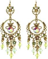 Oorhangers goudkleur met fantasiehanger, groene kraaltjes en steentjes