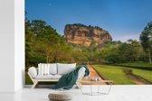 Fotobehang vinyl - De Sigiriya met een mooi pad breedte 360 cm x hoogte 240 cm - Foto print op behang (in 7 formaten beschikbaar)