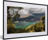 Foto in lijst - Kratermeer in het vulkanische landschap van Gunung Rinjani op Lombok fotolijst zwart met witte passe-partout 60x40 cm - Poster in lijst (Wanddecoratie woonkamer / slaapkamer)
