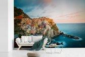 Fotobehang vinyl - De authentieke huisjes op de berg en het blauwe water van Cinque Terre breedte 600 cm x hoogte 400 cm - Foto print op behang (in 7 formaten beschikbaar)