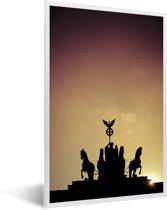 Foto in lijst - Het Quadriga standbeeld bij de Duitse Brandenburger Tor met een kleurrijke hemel fotolijst wit 40x60 cm - Poster in lijst (Wanddecoratie woonkamer / slaapkamer)