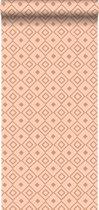 krijtverf vliesbehang ruit perzik roze en glanzend koper - 128828 van ESTAhome.nl