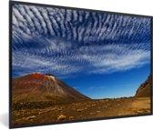 Foto in lijst - Wolken boven het Nationaal park Tongariro in Nieuw-Zeeland fotolijst zwart 60x40 cm - Poster in lijst (Wanddecoratie woonkamer / slaapkamer)