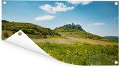 Het groene landschap van de ruïnes van het kasteel van Spiš in Slowakije Tuinposter 60x30 cm - klein - Tuindoek / Buitencanvas / Schilderijen voor buiten (tuin decoratie)