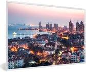 Foto in lijst - Uitzicht over Qingdao in de avond fotolijst wit 60x40 cm - Poster in lijst (Wanddecoratie woonkamer / slaapkamer)