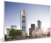 Foto in lijst - Zonsondergang achter de gebouwen in Frankfurt am Main fotolijst wit 60x40 cm - Poster in lijst (Wanddecoratie woonkamer / slaapkamer)