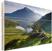 Fantastisch uitzicht over Snowdonia met mooie bergen en een mooi meer in Wales Vurenhout met planken 120x80 cm - Foto print op Hout (Wanddecoratie)