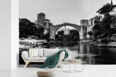 Fotobehang vinyl - Zwart wit foto van de schitterende Stari Most brug breedte 390 cm x hoogte 260 cm - Foto print op behang (in 7 formaten beschikbaar)