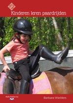 Kinderen leren paardrijden