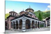 Het Rilaklooster in Bulgarije omringt door landschap Aluminium 120x80 cm - Foto print op Aluminium (metaal wanddecoratie)