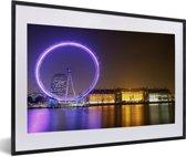 Foto in lijst - Paars gekleurde London Eye in Engeland fotolijst zwart met witte passe-partout 60x40 cm - Poster in lijst (Wanddecoratie woonkamer / slaapkamer)