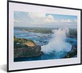 Foto in lijst - Luchtfoto van de Niagarawatervallen fotolijst zwart met witte passe-partout klein 40x30 cm - Poster in lijst (Wanddecoratie woonkamer / slaapkamer)