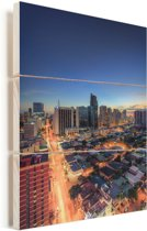 Adembenemende kleuren in de stad Manila in de avond Vurenhout met planken 40x60 cm - Foto print op Hout (Wanddecoratie)