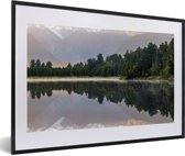 Foto in lijst - Bossen in het Nationaal park Aoraki/Mount Cook op het Zuidereiland fotolijst zwart met witte passe-partout 60x40 cm - Poster in lijst (Wanddecoratie woonkamer / slaapkamer)