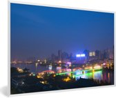 Foto in lijst - Neon lichten reflecteren in de gele rivier bij het Chinese Lanzhou fotolijst wit 60x40 cm - Poster in lijst (Wanddecoratie woonkamer / slaapkamer)